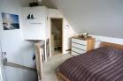Schlafzimmer mit Doppelbett,offenem Fußteil,TV,Sauna
