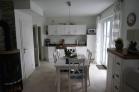 Wohnraum im Landhausstil mit Kamin und Küchenzeile